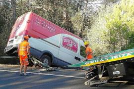 Dos aparatosos accidentes dejan varios heridos leves y retenciones en la carretera