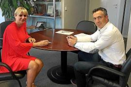 Díaz busca en Madrid la fórmula para contratar más bomberos