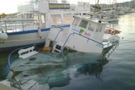 Un barco de Aquabus se hunde en el puerto de Sant Antoni