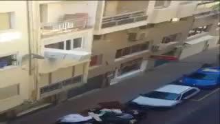 Un vecino de Motril tira un frigorífico por la ventana