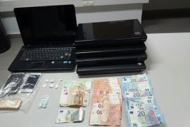 Detenido en Sant Antoni un hombre con cinco ordenadores portátiles, tres teléfonos y drogas