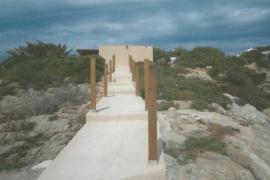 Santa Eulària ordena demoler una pasarela al mar en Roca Llisa