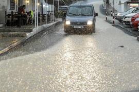 La primera tormenta del otoño en Ibiza origina retrasos aéreos, inundaciones y cortes de luz