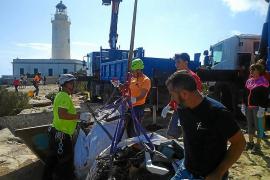 Retiran el esqueleto de un Mehari y 640 kilos de chatarra abandonados en la Mola