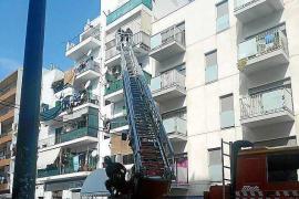 Los bomberos retiran media docena de árboles y limpian cornisas que amenazaban con caer