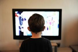 El 70% de los niños en España come mientras ve la televisión o juega con una pantalla táctil