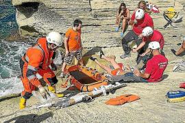 Los bomberos rescatan herido al morador de una cueva localizada en sa Pedrera de Cala d'Hort