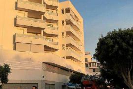 Desalojados una veintena de vecinos de un edificio de Ibiza por un incendio