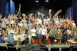 63 músicos, nueve temas y mucha ilusión en el cd de la Simfònica Ciutat d'Eivissa