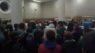 Decenas de jóvenes boicotean un acto de Felipe González en la Autónoma de Madrid