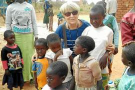Una voluntaria de Manos Unidas visita los proyectos de la ONG en Tanzania