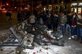 Tumban la estatua ecuestre de Franco decapitada del Born