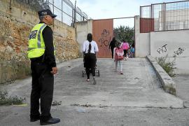 Miembro de la Policía Local a la entrada del colegio Anselm Turmeda