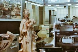 Un McDonald's se disculpa por mostrar una Virgen ensangrentada con un Niño Jesús decapitado