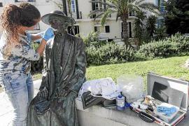 Limpian la pintada que unos vándalos hicieron sobre la estatua de Isidor Macabich