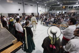Es Cubells celebra la 'ballada' en el polideportivo por la amenaza de lluvias