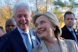 Hillary Clinton vota acompañada por Bill en Nueva York