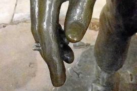 El monumento en honor a los hippies aparece sin el porro casi tres meses después de su inauguración
