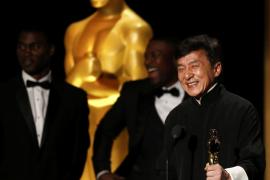 Un emocionado Jackie Chan recibe el Oscar honorífico