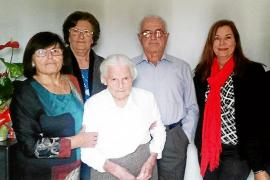 Maria de Can Verd cumple 100 años acompañada de la familia y en plena forma