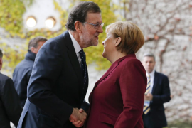 Rajoy, recibido por Merkel al llegar a reunión de líderes europeos con Obama