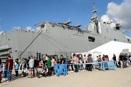 La visita guiada al 'Juan Carlos I' congregó ayer a miles de ciudadanos