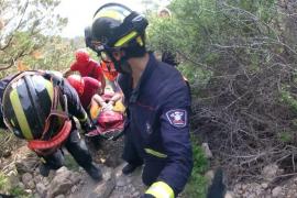 Los bomberos rescatan a una senderista en Sa Pedrera de Cala d'Hort