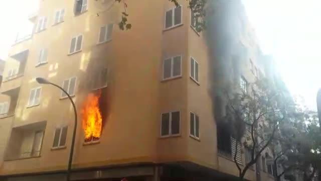 Los bomberos rescatan a cuatro personas en el incendio de un edificio de viviendas en Palma