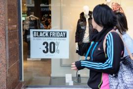 Los consumidores creen que la mayoría de tiendas ofrecen falsos descuentos en el 'Black Friday', según Facua