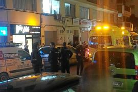 Un policía nacional y dos vecinos evitan que un joven se precipite desde un edificio de Vila