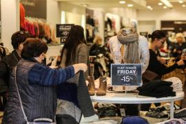El furor por el 'Black Friday' triplica las ventas en los comercios y colapsa las calles de Vila
