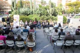 El Consell a la plaça: los políticos ocupan más sillas que los ciudadanos