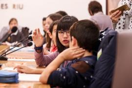 Los jóvenes de Santa Eulària presentan ideas e iniciativas en un pleno infantil