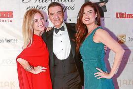 María Juan de Sentmenat y Miriam Nogueira, en la foto rodeando a Esteban Mercer.
