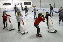 Diversión sobre una pista de hielo en pleno corazón de la ciudad de Ibiza