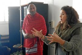 Un masai explica a los estudiantes de Formentera su vida en África