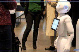 Abanca presenta R4, un robot humanoide para mejorar la atención al cliente