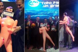 El regalo de una muñeca hinchable a un ministro desata la polémica en Chile