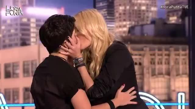 El beso lésbico de Carolina Cerezuela