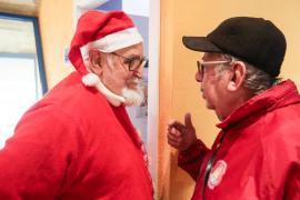 Los alumnos de Sa Bodega visitan a Papá Noel en la Llar Eivissa