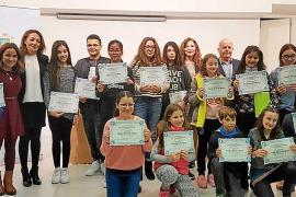 Los ganadores del concurso 'Conviure per viure' reciben su premio