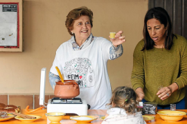 La salsa de Nadal vence al temporal en el Feim Barri de Vila