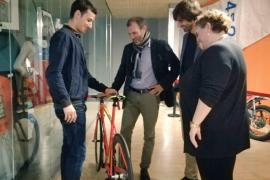 Mola entrega al Govern la bicicleta con la que fue campeón del mundo