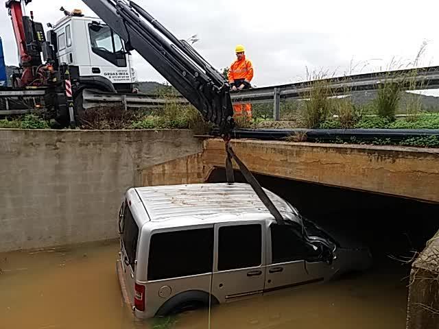 Dos grúas de gran tonelaje recuperan la furgoneta arrastrada por un torrente