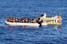 Nace una niña en una fragata española que había rescatado a 217 inmigrantes