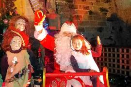 Un Papá Noel de estilo ruso despierta la pasión en el Mercat Vell de Vila