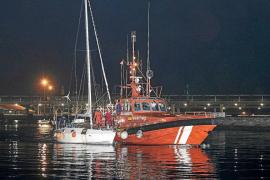 Salvamento remolca a Ibiza un velero con dos tripulantes que llevaba cinco días a la deriva