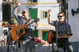 Iván Doménech y Joan Barbé cantan a los ochenta en la calle