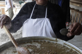El empresario Daniel Busturia cocina su tradicional 'lentejada' en es Cavallet