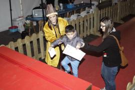Los Pajes reales recogen en Vila las cartas de los más pequeños